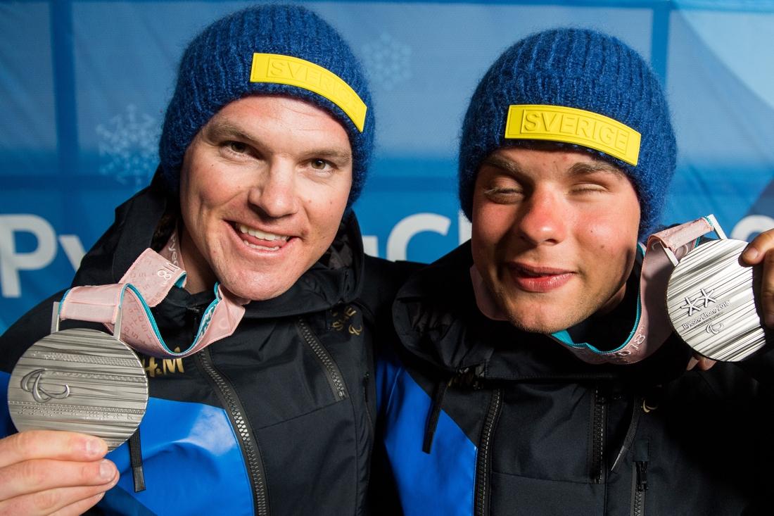 Robin och Zebastian efter silvret på Paralympics i PyeongChang 2018. FOTO: Vegard Wivestad Grött/Bildbyrån.