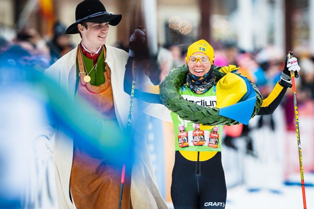 Lina Korsgren tillsammans med kransmasen Daniel Duhlbo direkt efter målgång vid hennes suveräna Vasaloppsseger i mars 2020. FOTO: Visma Ski Classics/Magnus Östh.