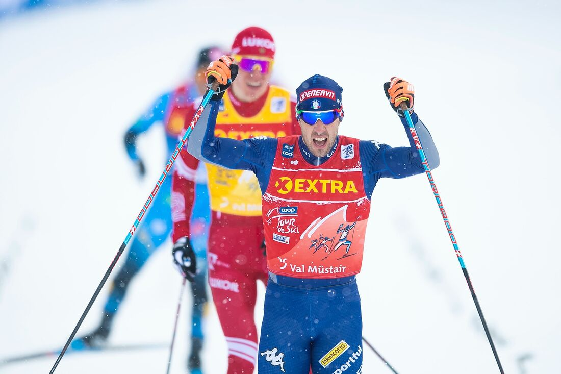 Federico Pellegrino jublar som segrare före Alexander Bolshunov vid Tour de Ski-sprinten i Val Müstair på nyårsdagen. FOTO: Maxim Thore/Bildbyrån.