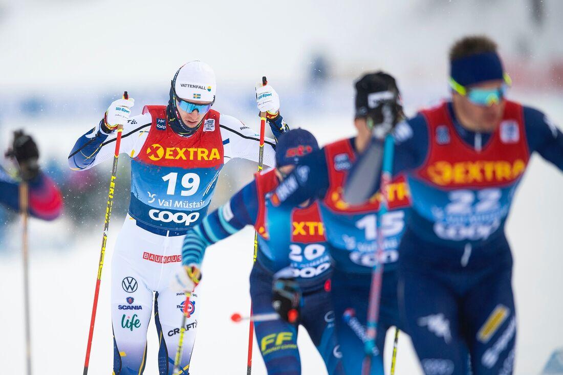 Oskar Svensson, häri kvartsfinalen som han vann, åkte sedan ut som femma i semifinalen och slutade på tionde plats i öppningen av Tour de Ski. FOTO: Maxim Thore/Bildbyrån.