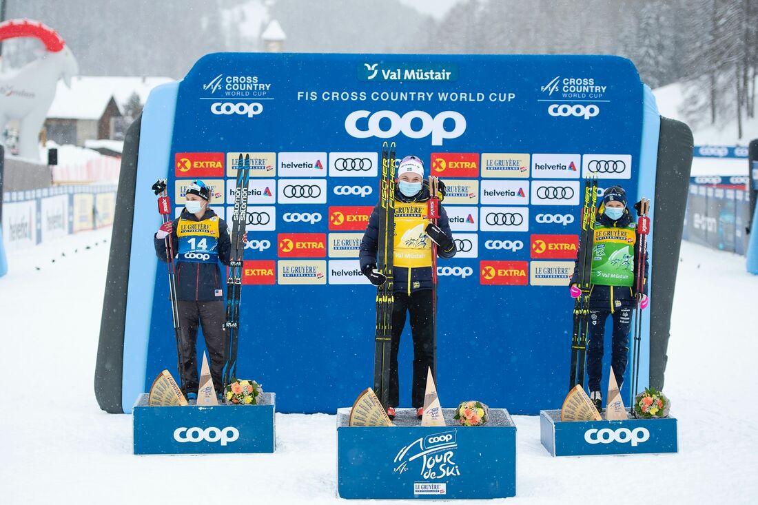 Jessie Diggins, Linn Svahn och Frida Karlsson på pallen efter förta etappen av Tour de Ski. Svahn leder nu sammanlagt 12 sekunder före Diggins och 16 före Karlsson. FOTO: Maxim Thore/Bildbyrån.