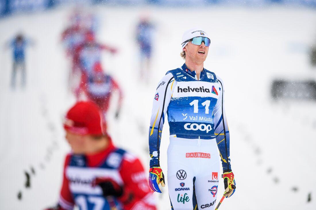 Oskar Svensson stakade till sjätte plats på masstarten i Val Müstair och ligger nu trea i sammandraget. FOTO: Maxim Thore/Bildbyrån.
