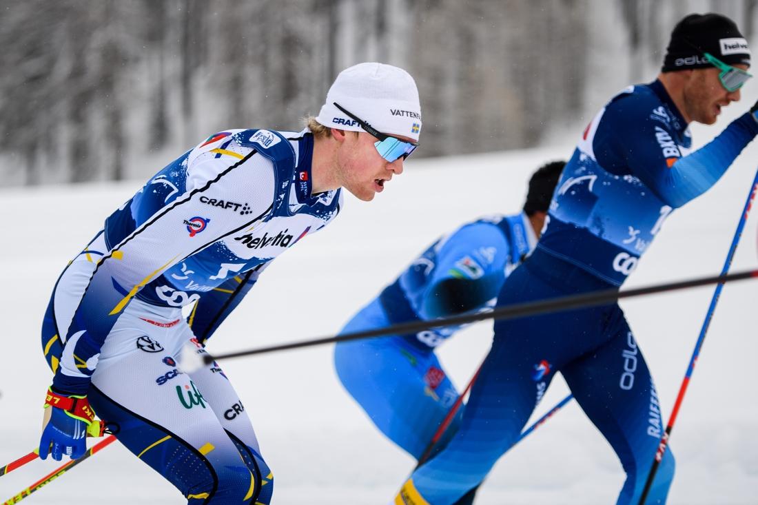 Oskar Svensson imponerade med att staka masstartloppet i Val Müstair hela vägen till en sjätteplats. Här är Oskar intill slutlige tvåan i loppet, hemmaåkaren och fyrfaldige Tour de Ski-vinnaren Dario Cologna. FOTO: Maxim Thore/Bildbyrån.