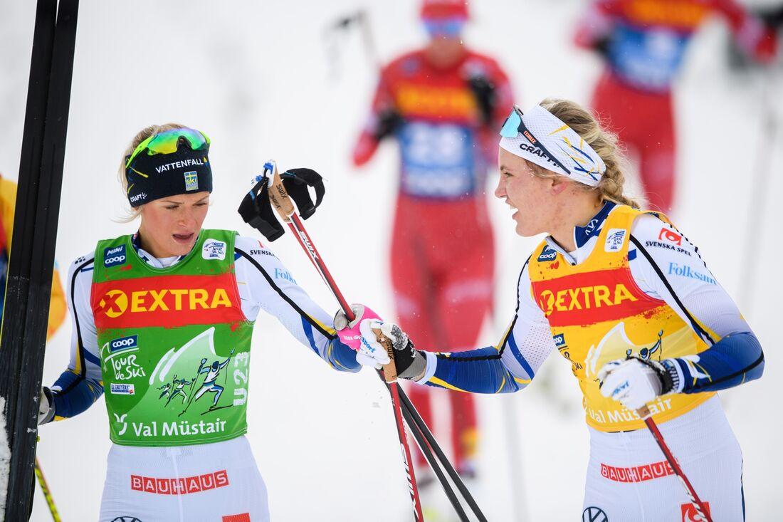 Linn Svahn, till höger, går ut först på söndagens jaktstart i Tour de Ski. Frida Karlsson, till vänster jagar 18 sekunder efter med startnummer 3. FOTO: Maxim Thore/Bildbyrån.