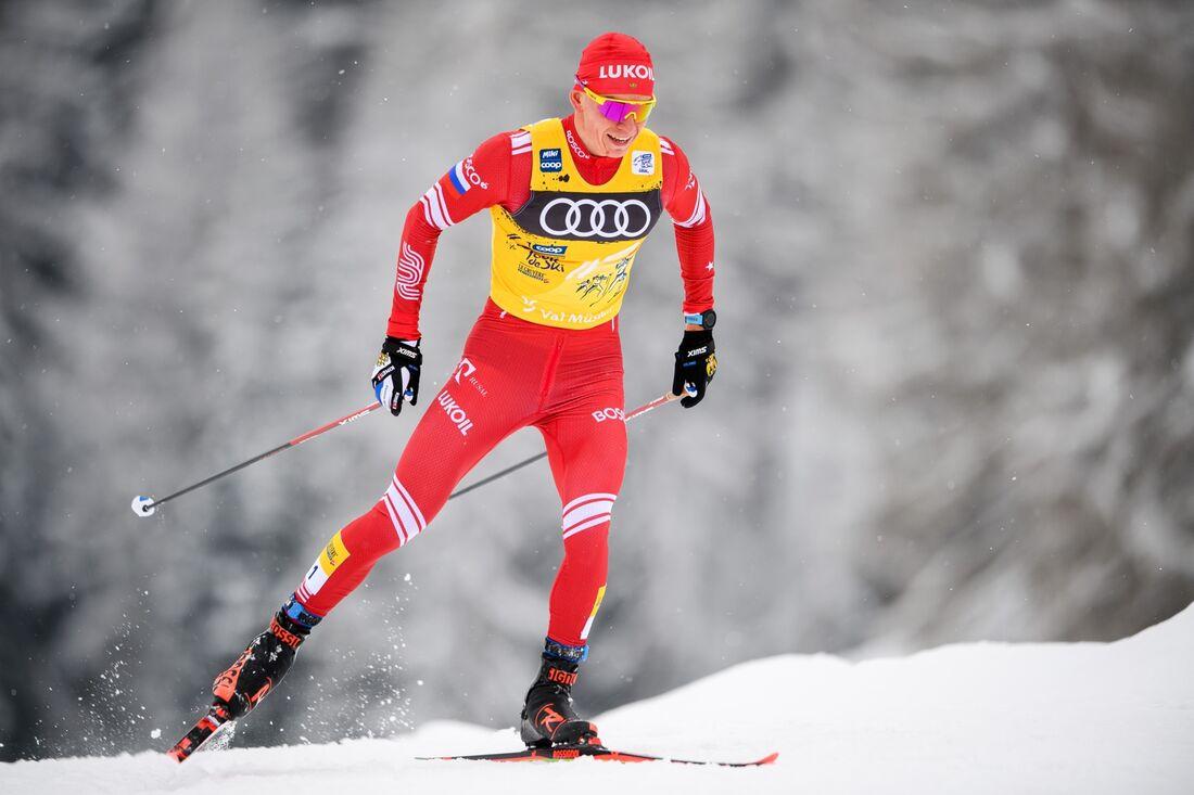Alexander Bolshunov behåller ledningen i Tour de Ski efter söndagens jaktstart. FOTO: Maxim Thore/Bildbyrån.