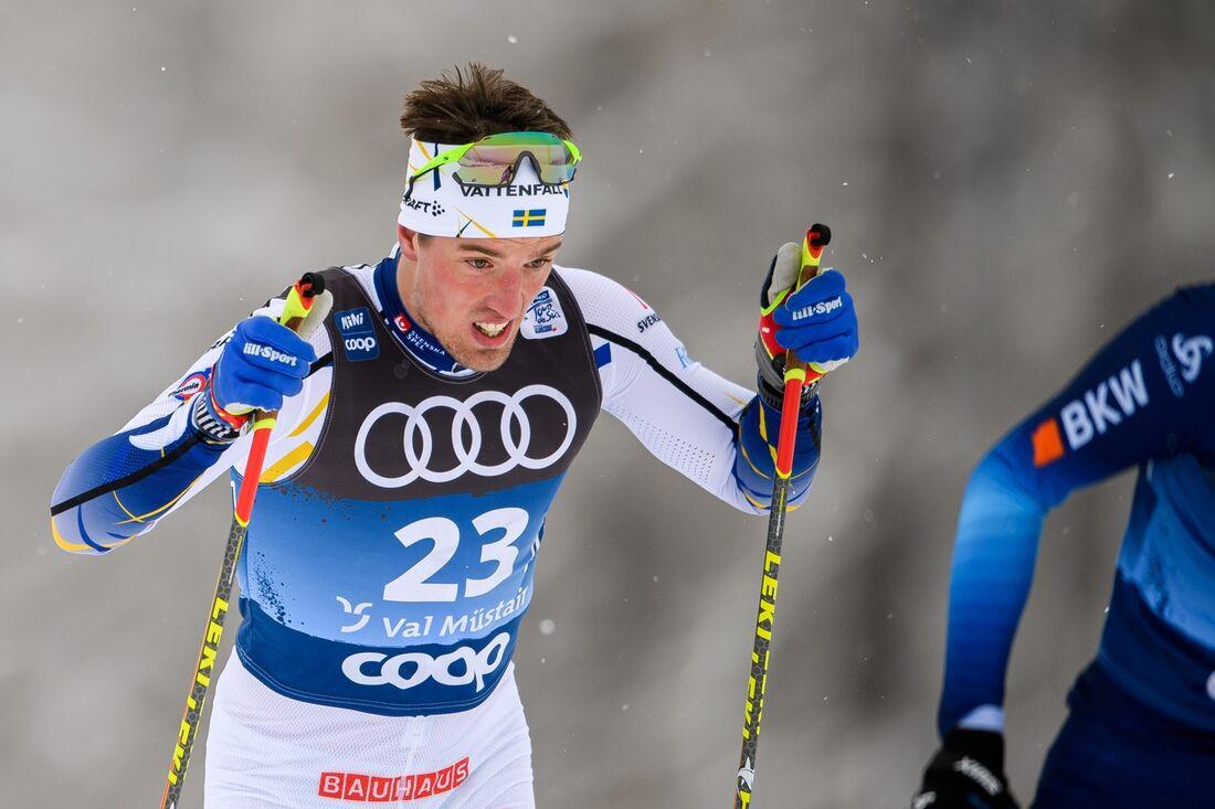 Calle Halfvarsson avancerade till 15:e plats i Tour de Ski på söndagens jaktstart. FOTO: Maxim Thore/Bildbyrån.