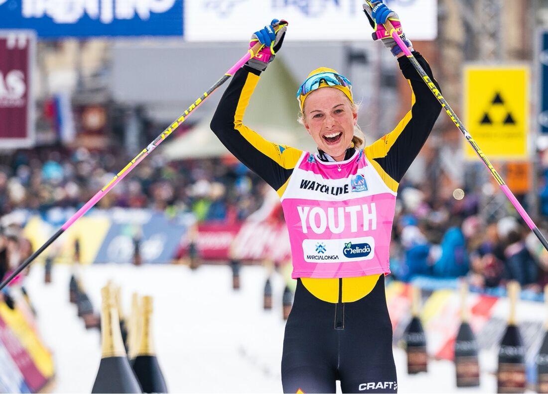 Ida Dahl jublar som fyra på Marcialonga förra vintern, i Visma Ski Classics rosa ungdomsväst. I vinter siktar hon på att försvara totalsegern i ungdomstävlingen. FOTO: Visma Ski Classics/Magnus Östh.