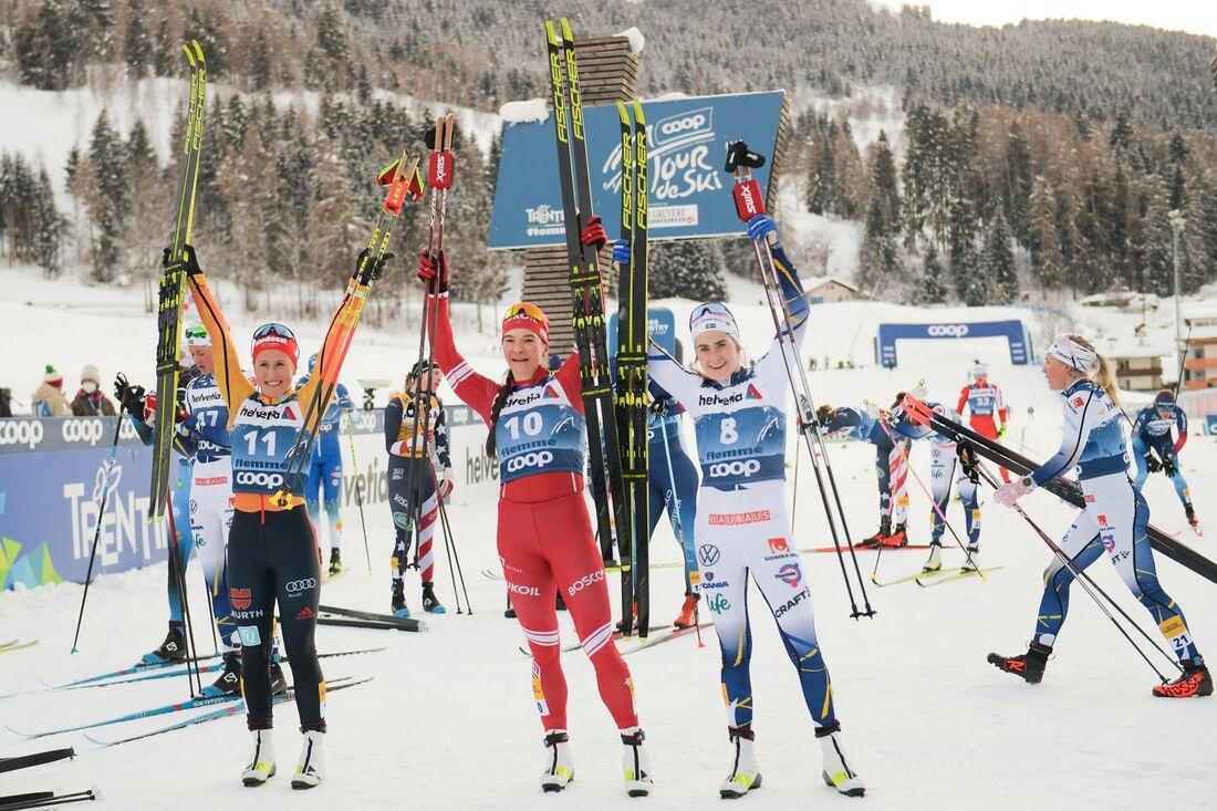 Katharina Hennig Natalia Nepryaeva, och Ebba Andersson efter masstartsloppet i Val di Fiemme. FOTO: Maxim Thore/Bildbyrån.