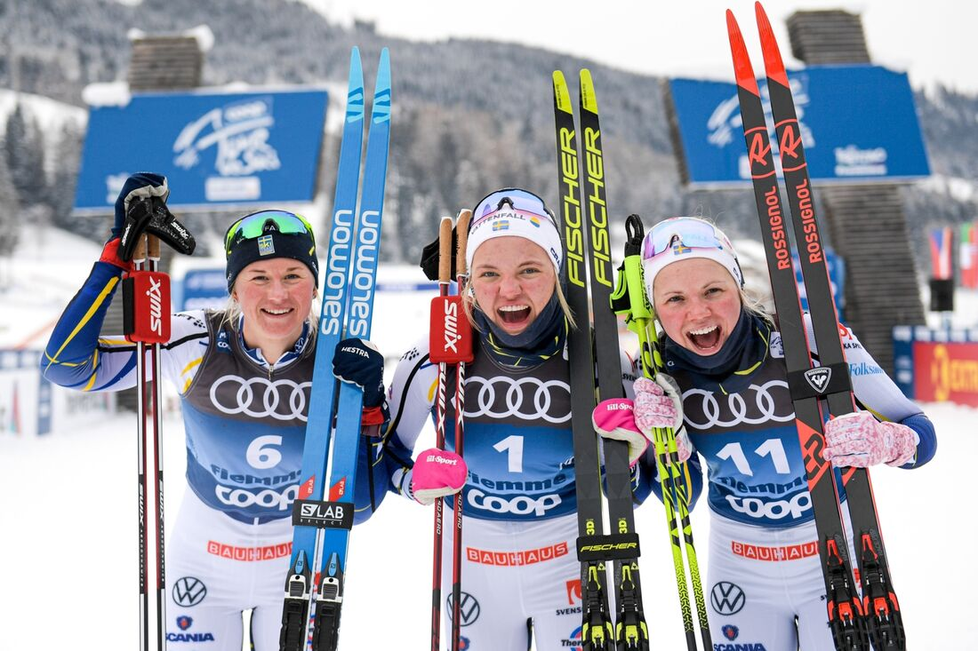 Jublande trio efter storslam på sprinten i Val di Fiemme. Maja Dahlqvist, Linn Svahn och Emma Ribom FOTO: Maxim Thore/Bildbyrån.