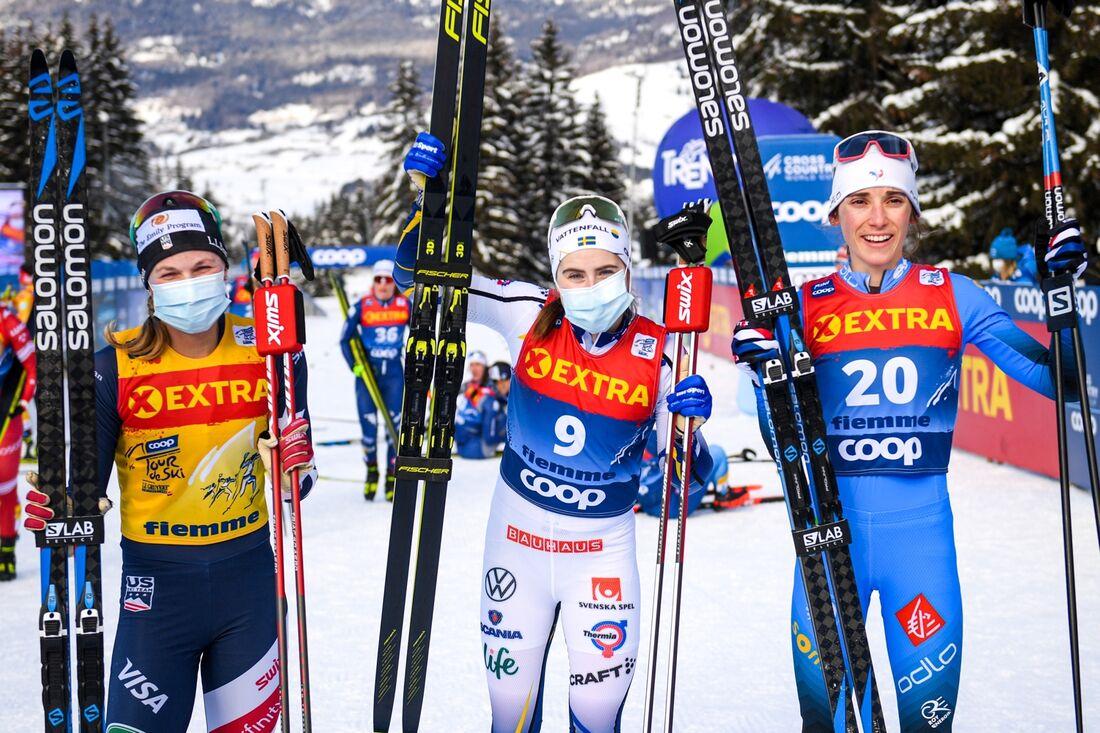 Ebba Andersson som vinnare I Tour de Ski-finalen före totalvinnaren Jessie Diggins och fransyskan Delphine Claudel. FOTO: Maxim Thore/Bildbyrån.