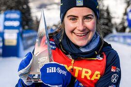 Ebba Andersson med tredjepriset i Tour de Ski efter segern på finaletappen. FOTO: Maxim Thore/Bildbyrån.