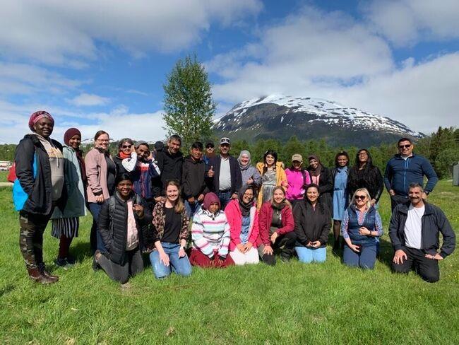 Elever og lærere ved Bardu Læringssenter, samt Elin, Ingvild og Sami, noen av Bardu Læringssenters viktige samarbeidspartnere som jobber på Flyktningetjenesten, Friluftsrådet og Setermoen asylmottak.