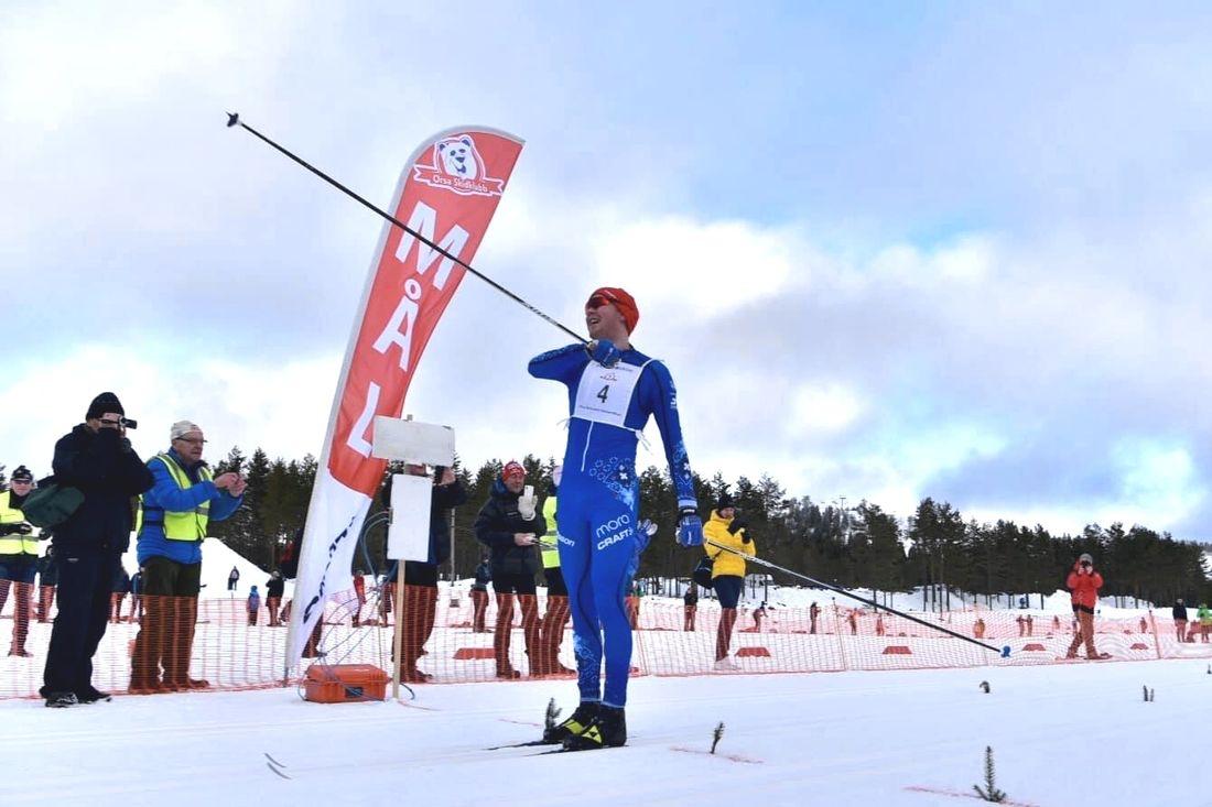 Gabriel Höjlind jublar som segrare av Orsa Grönklitt Ski Marathon 2020. FOTO: Magnus Caris.
