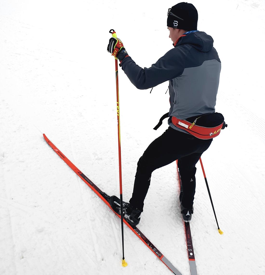 Leo Johansson testar Atomics nya skateskida, Redster S9 Gen S i Lugnet-terrängen i Falun. FOTO: Atomic