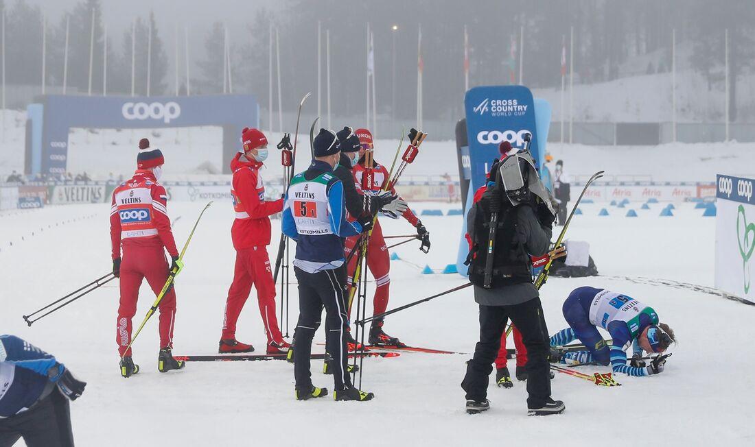 Alexander Bolshunov körde omkull finländaren Joni Mäki efter målgången på stafetten i Lahtis. FOTO: Tomi Hänninen/Bildbyrån.