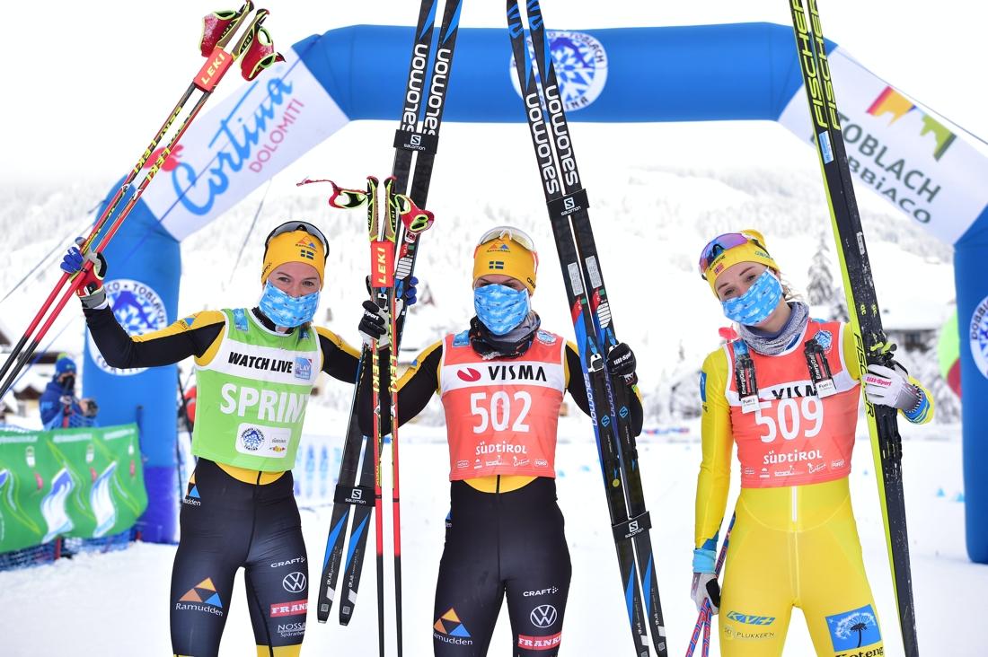 Lina Korsgen tillsammans med tvåan Ida Dahl och trean Emilie Fleten. FOTO: Björn Reichert/Nordic Focus.