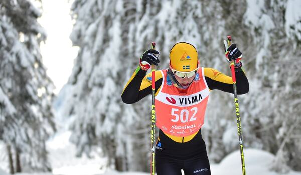 Lina Korsgren på väg mot soloseger i Toblach-Cortina i söndags. Kommande söndag står hon på startlinjen med Visma Ski Classics gula ledarväst när det är dags för Marcialonga. FOTO: Björn Reichert/Nordic Focus.