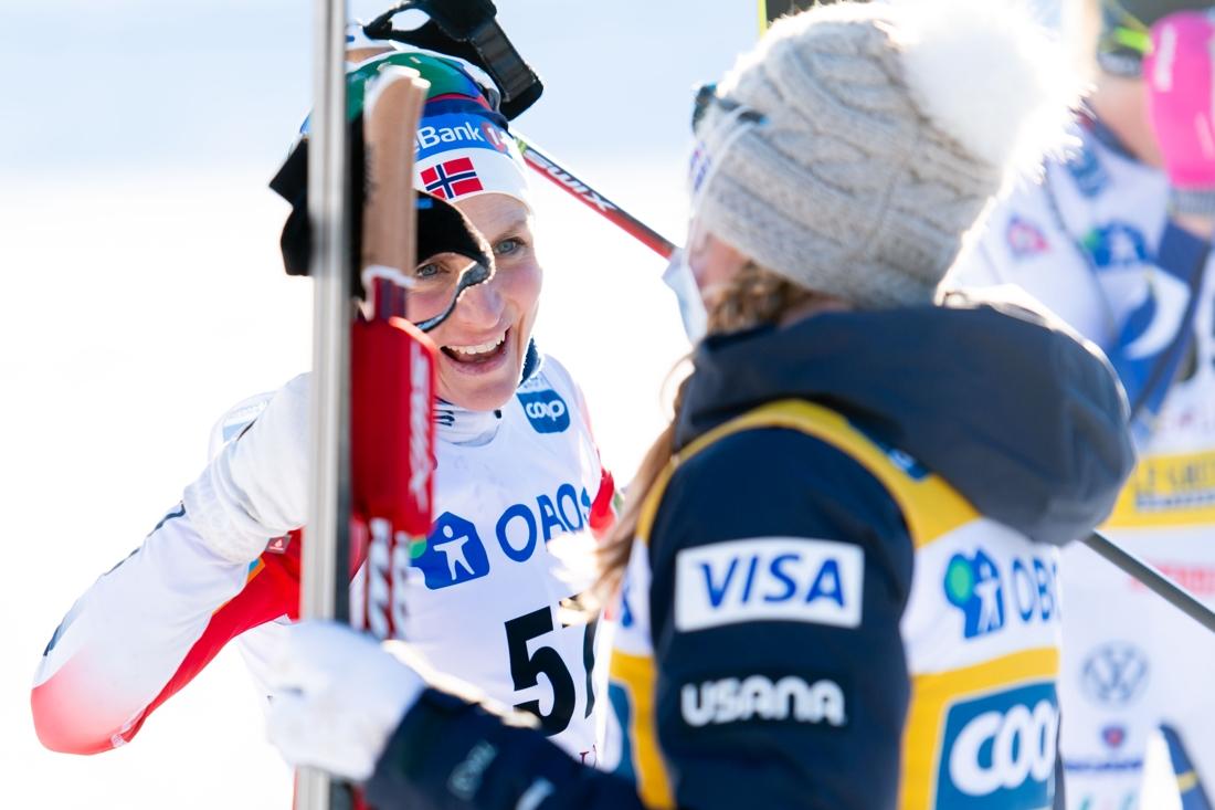 Therese Johaug gratulerar Jessie Diggins till segern. FOTO: Simon Hastegård/Bildbyrån.