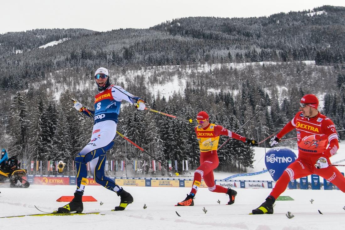 Oskar som vinnare före ryssarna Gleb Retivykh och Alexander Bolshunov på sprinten i Val di Fiemme under Tour de Ski. FOTO: Maxim Thore/Bildbyrån.