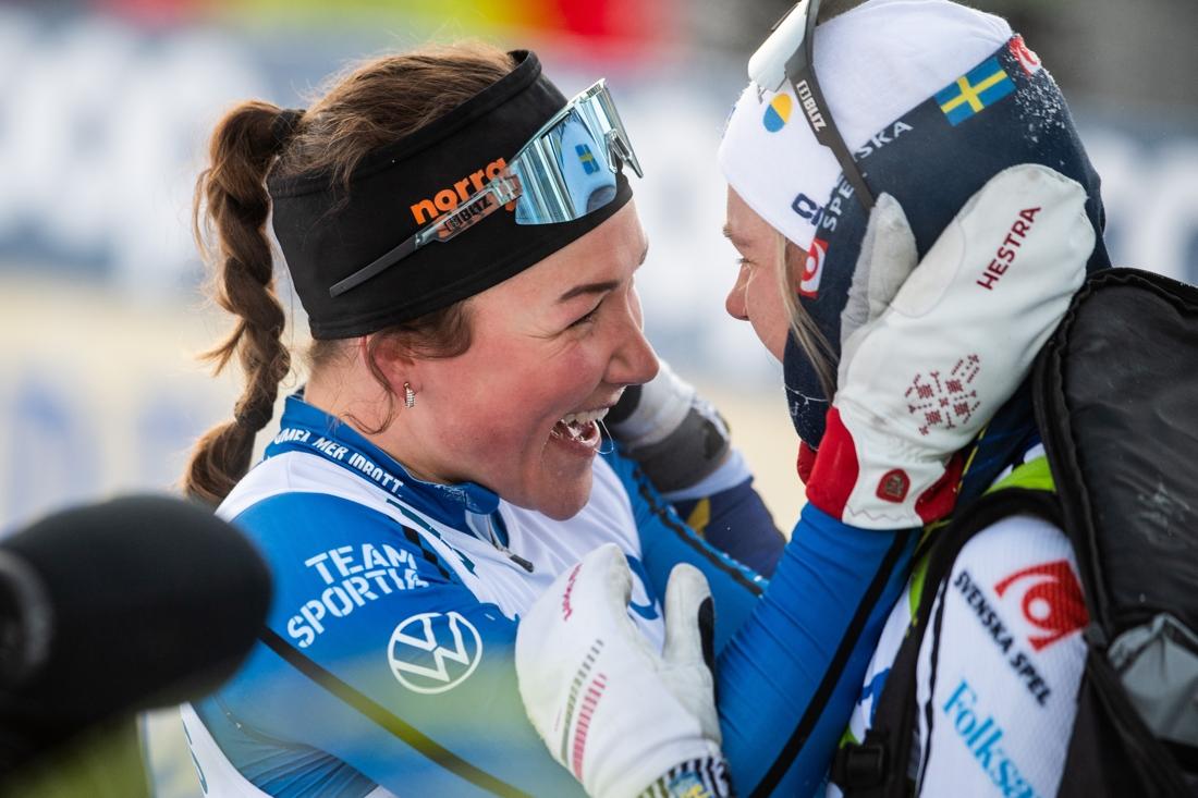 Moa Lundgren grattar sin tidigare klubbkompis Linn Svahn. FOTO: Simon Hastegård/Bildbyrån.