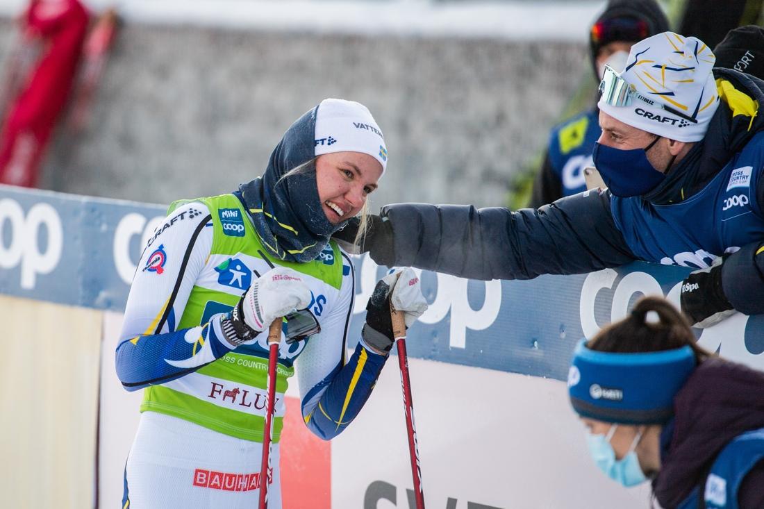 Linn Svahn grattas av svenska vallachefen Petter Myhlback. FOTO: Simon Hastegård/Bildbyrån.
