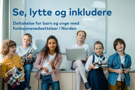 Seks glade barn i 9-12 årsalderen, tre jenter og tre gutter som står og sitter foran en tavle. Foto