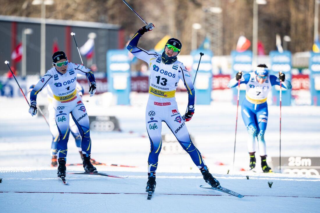 Maja Dahlqvist spurtar till sin första världscupseger före Johanna Hagström. FOTO: Carl Sandin/Bildbyrån.