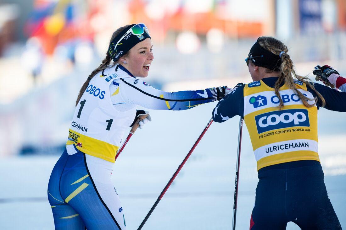 Johanna Hagström och Jessie Diggins efter lördagens sprint. Nu missar Hagström dagens sprintstafett på grund av problem med luftvägarna. FOTO: Carl Sandin/Bildbyrån.