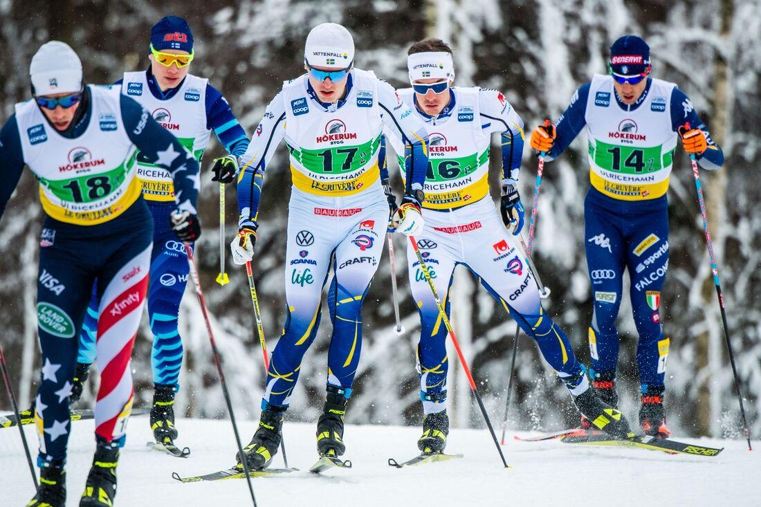 Johan Häggström med nummer 16 förde Sveriges lag 2 till en tredjeplats på sprintstafetten i Ulricehamn. FOTO: Carl Sandin/Bildbyrån.
