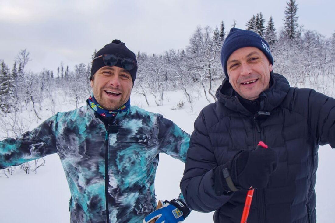 Tidigare alpina fartåkaren Hans Olsson och artisten Petter Alexis Askergren åker Vasaåket 90. Duon går att följa i Vasaloppet.TV. FOTO: Vasaloppet.