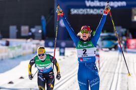 Anna Dyvik jublar över SM-guldet i sprint med tvåan Johanna Hagström i bakgrunden. FOTO: Mathias Bergeld/Bildbyrån.