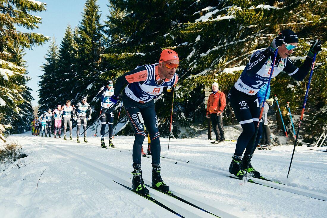 På söndag är det dags för Jizerska 50 i Tjeckien. Här ser vi Anders Aukland, Team Ragde Eiendom och Andreas Holmberg, Lager 157 Ski Team, under fjolårets lopp. FOTO: Visma Ski Classics/Magnus Östh.