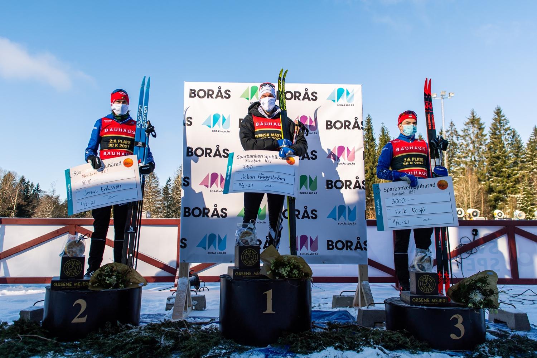 Tvåan Jonas Eriksson, IFK Mora, vinnaren Johan Häggström, Piteå Elit SK, och trean Eric Rosjö, IFK Mora SK. FOTO: Mathias Bergeld/Bildbyrån.