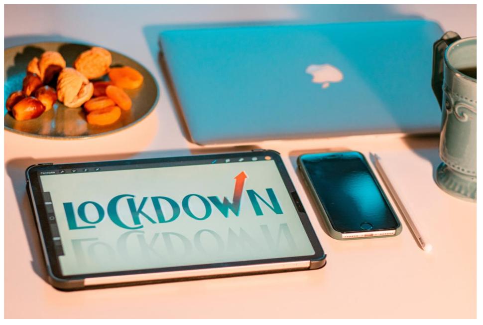Bilde av snacks og nettbrett på et bord. Foto: Elena Mozhvilo/Unsplash