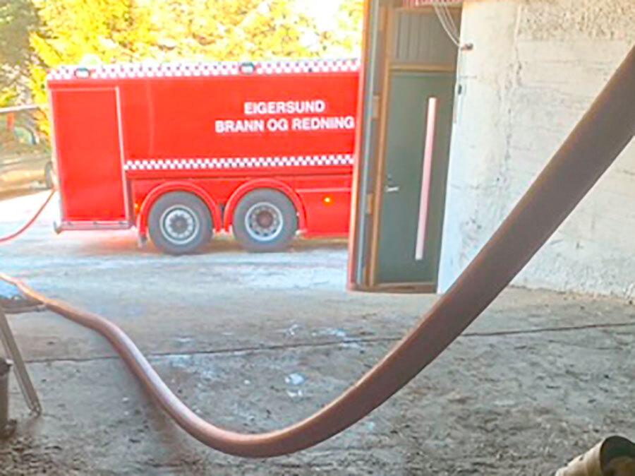 Tankbil leverer vann