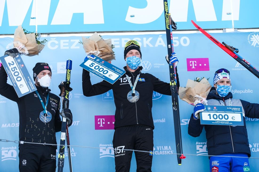 Topptrion på herrsidan Tord Asle Gjerdalen, Emil Persson och Ermil Vokuev. FOTO: Jizerská 50/Tomáš Hejzlar.