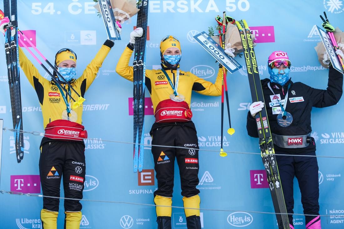 Topptrion i damklassen Ida Dahl, Lina Korsgren och Katerina Smutna. FOTO: Jizerská 50/Tomáš Hejzlar.