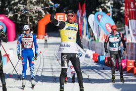 Emil Persson spurtade till seger på Jizerska 50. FOTO: Jizerská 50/Tomáš Hejzlar.