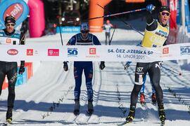 Emil Persson vann Jizerká 50 i söndags efter en suverän spurt och ser fram att åka i gul ledarväst även på Vasaloppet den 7 mars. FOTO: Jizerská 50/Tomáš Hejzlar.