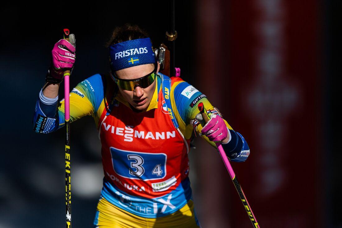 Hanna Öberg på väg att föra Sverige till en femteplats i VM-stafetten i Pokljuka. FOTO: Joel Marklund/Bildbyrån.