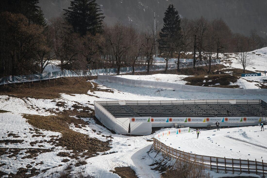 Snön smälter i ett varmt Oberstdorf och VM-sprinten på torsdag tidigareläggs. FOTO: Johanna Lundberg/Bildbyrån.