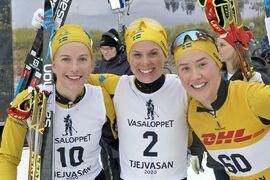 Förra året blev Ida Dahl trea, Lina Korsgren tvåa och Jenny Larsson femma, på Tjejvasan. I vinter har Team Ramudden-trion dominerat stort på Visma Ski Classics. Ska de göra samma sak på Tjejvasan i morgon? FOTO: Johan Trygg/Längd.se.