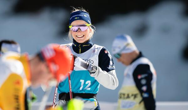Frida Karlsson njuter i solskenet dagen före skiathlonloppet på VM i Oberstdorf. FOTO: Johanna Lundberg/Bildbyrån.