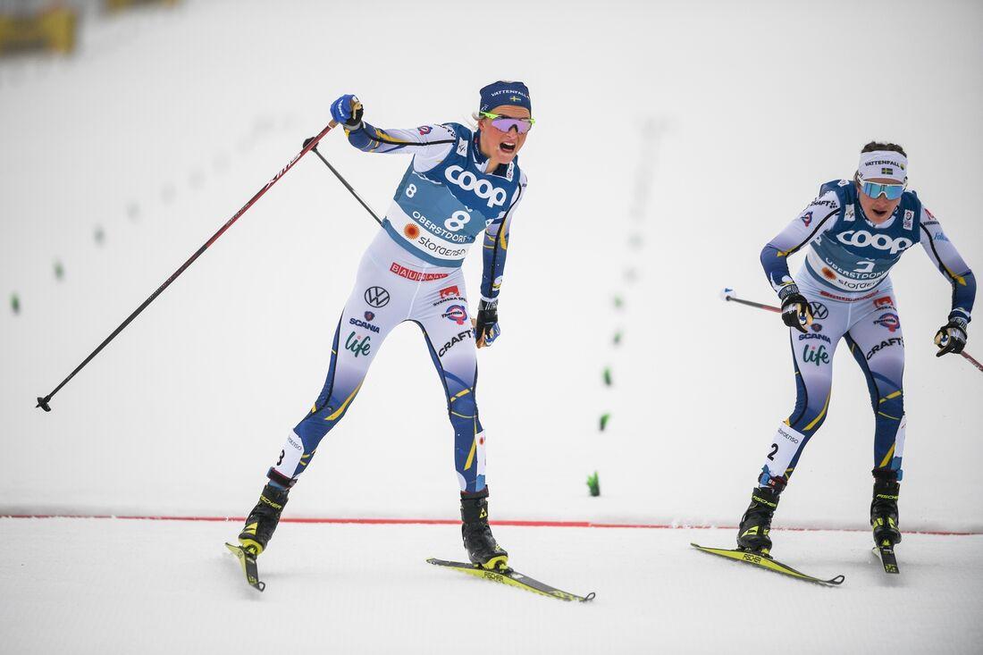 Frida Karlsson spurtar till silver precis före Ebba Andersson. FOTO: Johanna Lundberg/Bildbyrån.