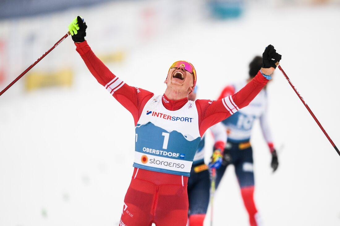 Alexander Bolshunov jublar som segrare på skiathlonloppet vid VM i Oberstdorf. FOTO: Johanna Lundberg/Bildbyrån.