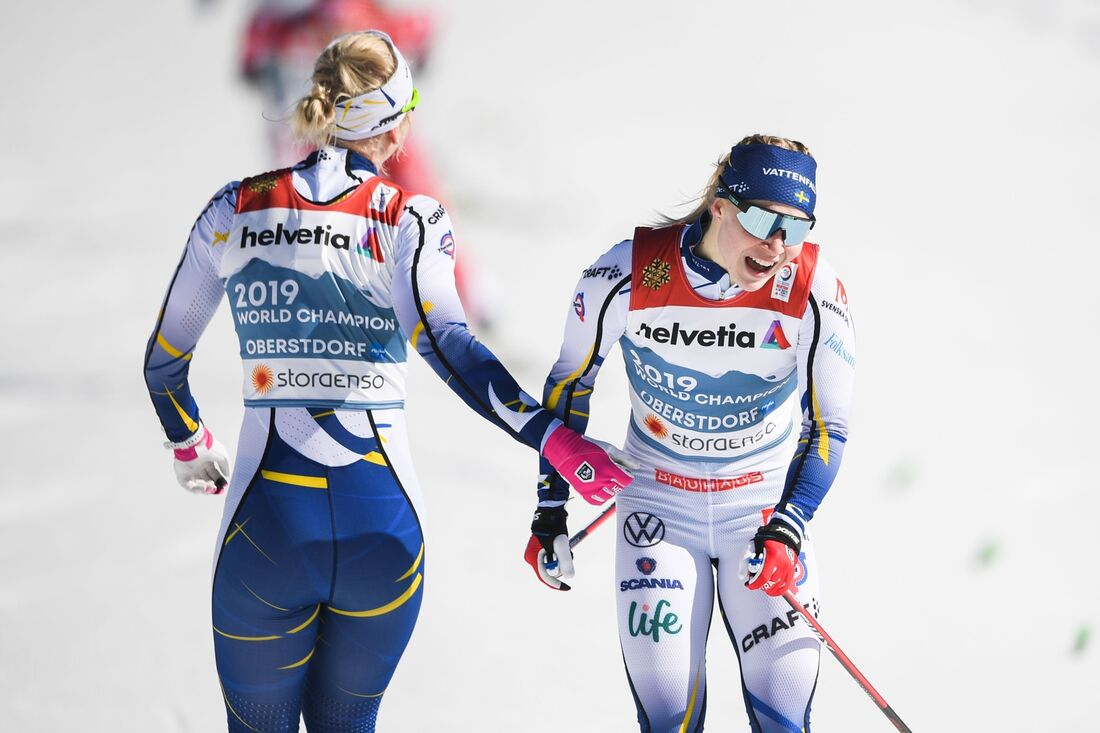 Jonna Sundling åkte sista sträckan när det blev svenskt VM-guld i teamsprint. Här möts hon av lagkompisen Maja Dahlqvist efter målgång. FOTO: Johanna Lundberg/Bildbyrån.