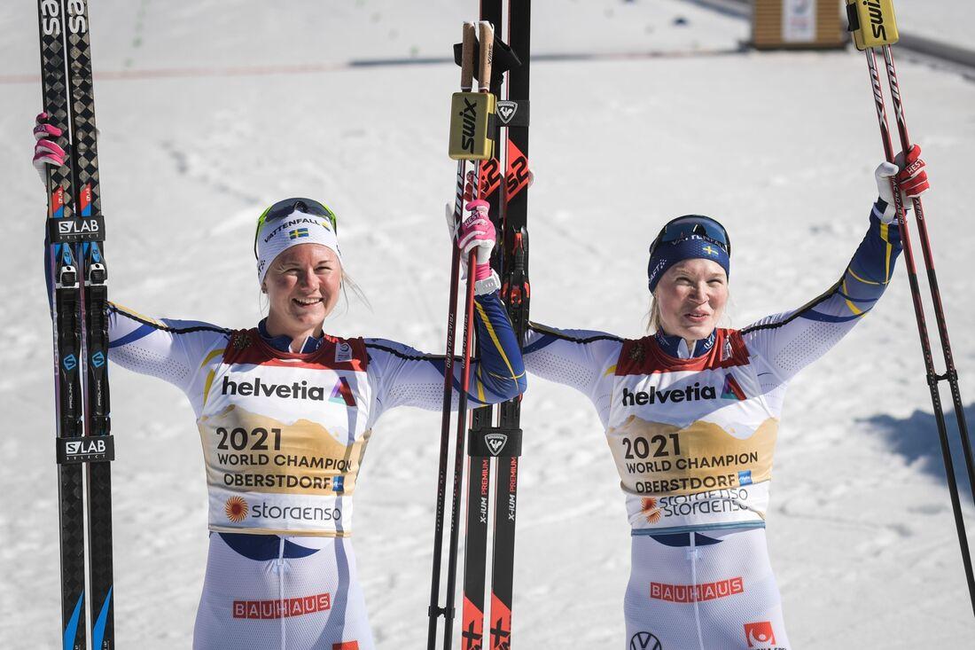 Maja Dahlqvist och Jonna Sundling jublar efter VM-guld i teamsprint. FOTO: Johanna Lundberg/Bildbyrån.