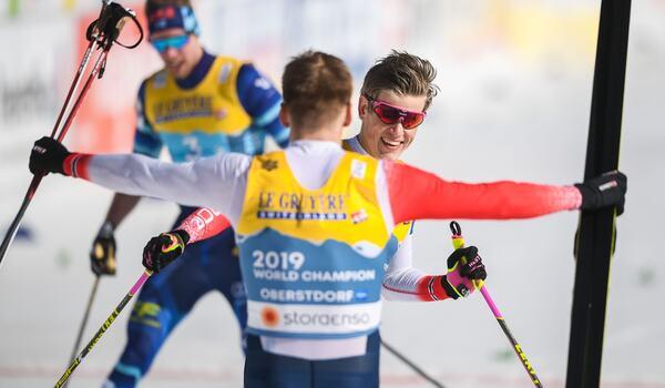 Johannes Hösflot Kläbo var omutlig på sista sträckan vid sprintstafetten och förde Norge till guld Här möts han av lagkompisen Erik Valnes. FOTO: Johanna Lundberg/Bildbyrån.