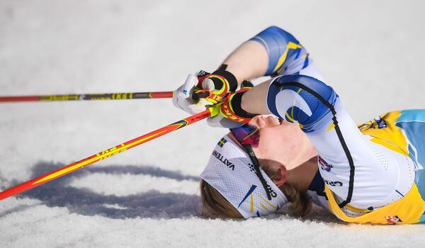 Oskar Svensson på rygg efter att ha fört Sverige till sjätte plats på sprintstafetten vid VM i Oberstdorf. FOTO: Johanna Lundberg/Bildbyrån.