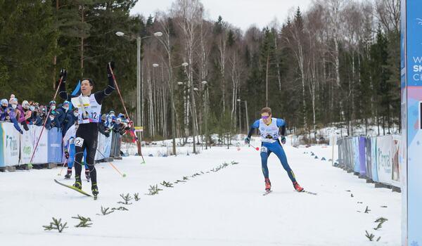 Erik Blomgren spurtar mot silver för Sverige på sprintstafetten vid VM i skidorientering i Estland. Guldet gick till det ryska laget där IFK Moras Andrey Lamov avslutade.  FOTO: Donatas Lazauskas.